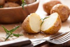 Ofenkartoffeln mit Rosmarin lizenzfreie stockfotos