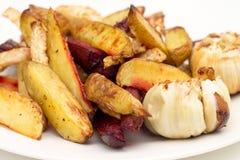 Ofenofenkartoffeln, -rote-Bete-Wurzeln, -knollensellerie und -knoblauch Lizenzfreies Stockfoto