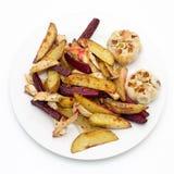 Ofenofenkartoffeln, -rote-Bete-Wurzeln, -knollensellerie und -knoblauch Stockbilder