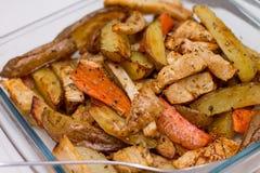 Ofenofenkartoffeln und -karotten Lizenzfreie Stockfotos