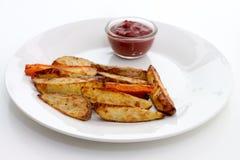 Ofenofenkartoffeln und -karotten mit Ketschup Lizenzfreie Stockbilder
