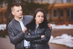 Ofensa del conflicto y tensión emocional en pares de la gente joven imagenes de archivo