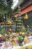Oferecendo no altar, cerimónia para a estátua moldada de buddha Imagens de Stock