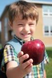 Oferecendo uma maçã   Imagens de Stock