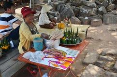 Oferecimento sacrificial da venda da mulher dos saleLaos da mulher de Laos feito da folha e da flor da banana Foto de Stock