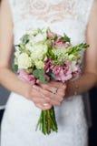 Oferta bukieta różany kwiat w panny młodej ` s rękach Obraz Royalty Free