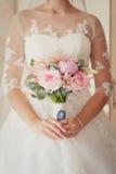 Oferta bukieta różany kwiat w panny młodej ` s rękach Zdjęcie Stock