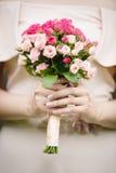 Oferta bukieta różany kwiat w panny młodej ` s rękach Zdjęcie Royalty Free
