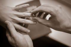 Oferta con el anillo de compromiso Imagenes de archivo