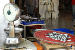 Oferta de peixes pequenos no mercado Foto de Stock Royalty Free