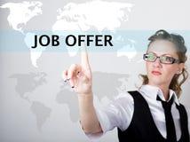 Oferta de trabajo escrita en barra de la búsqueda en la pantalla virtual Tecnologías de Internet en negocio y hogar Mujer en jueg Foto de archivo