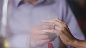 Oferta de unión Anillo que lleva del hombre del primer en la mano de la mujer almacen de video