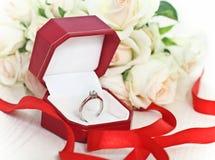 Oferta de unión. Un anillo de diamante del contrato Imágenes de archivo libres de regalías