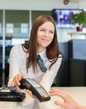 Oferta do trabalhador do banco a pagar pelo cartão de crédito Fotos de Stock Royalty Free
