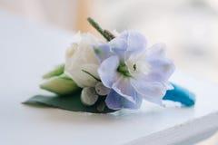 Oferta różana i błękitny kwiat stawiający w boutonniere Zdjęcie Royalty Free