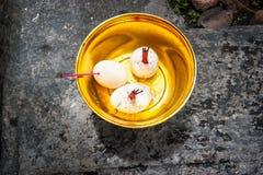 Oferta religiosa Potenciômetro dourado com ovos e incenso, Banguecoque, tailandesa Fotografia de Stock Royalty Free