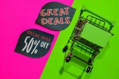 Oferta Specjalna 50% i Wielkie transakcje Daleko tekst i wózek na zakupy fotografia royalty free