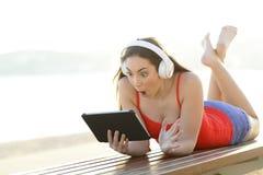 Ofertas adolescentes sorprendentes de los medios del hallazgo en la tableta fotografía de archivo libre de regalías