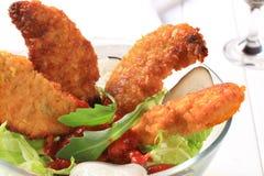 Ofertas curruscantes del pollo con la ensalada Foto de archivo libre de regalías
