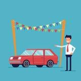 Ofertas de sorriso do negociante para comprar o carro Venda de veículos novos e de segunda mão Homem feliz em uma camisa e em um  Imagem de Stock