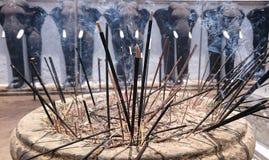 Ofertas do incenso em um templo budista Fotografia de Stock Royalty Free