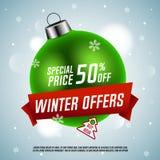 Ofertas do inverno Preço especial Bola verde do Natal com fita vermelha Foto de Stock