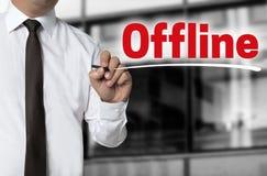 Off-line es escrito por concepto del fondo del hombre de negocios Imagenes de archivo