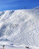 Off-piste κλίση με το ίχνος από το σκι και σνόουμπορντ στο πρωί ήλιων Στοκ φωτογραφία με δικαίωμα ελεύθερης χρήσης