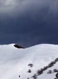 Off-piste helling en donkere grijze hemel in winderige dag royalty-vrije stock foto