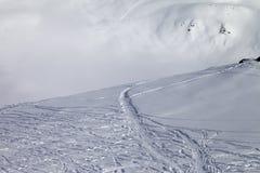 Off-piste helling met nieuw-gevallen sneeuw Stock Fotografie