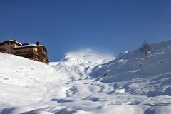 Off-piste slope and hotel in winter mountains Royalty Free Stock Photos