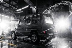 Off-road auto bij de carwash Achtermening stock fotografie