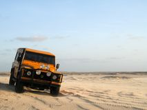 Off-road auto in zand stock afbeelding