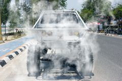 Off-road autospinnewiel brandt rubber op vloer royalty-vrije stock fotografie