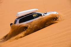 Off-road car going up the dune Royalty Free Stock Photos