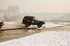 Off-road jeeps die in de modder bij de rassen berijden. Stock Fotografie