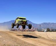 Off-road raceauto in de lucht Royalty-vrije Stock Afbeeldingen