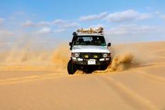 Off-road voertuigen die in het zandwoestijn van de Sahara drijven Stock Fotografie