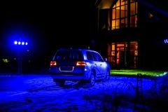 off-roader blanc moderne la nuit sous la lumière bleue photos libres de droits