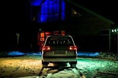 Off-roader branco moderno na noite sob a luz fotos de stock