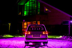 off-roader branco moderno na noite sob a luz roxa fotografia de stock royalty free