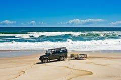 Off-roader verde na praia imagens de stock