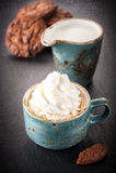 ?offee avec les biscuits fouettés de crème et de chocolat Image stock
