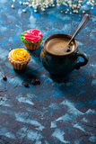 offee dans la tasse bleue, et gâteaux délicieux sur le fond bleu-foncé photo stock