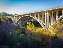 Offen--Spandrel Bogen - konkret - CA 134 - Pasadena, CA lizenzfreie stockfotos