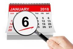 Offenbarungs-Tageskonzept 6. Januar 2018 Kalender mit Vergrößerungsglas Lizenzfreie Stockfotos