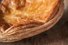 Offenbarungskuchen mit goldener Krone auf Holztisch backg Stockfotografie