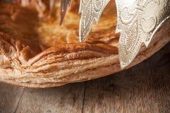 Offenbarungskuchen mit goldener Krone auf Holztisch backg Stockfoto