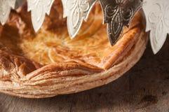 Offenbarungskuchen mit goldener Krone auf Holztisch backg Lizenzfreies Stockfoto