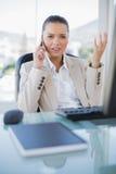 Offended sofisticou a mulher de negócios no telefone imagens de stock